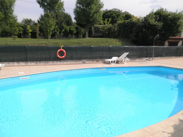 Monolocale con piscina e garage appartements louer for Garage monolocale