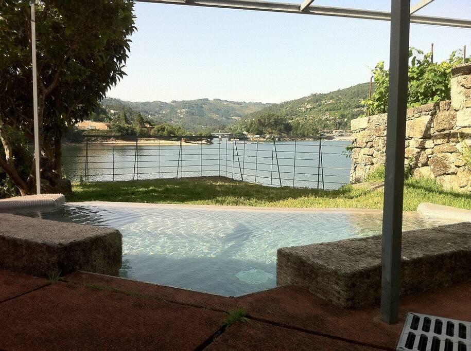 Piscininha, ao nascer do dia, com assento incorporado e apenas 90 cm de altura de água - Sunrise at the litle 90cm pool, with built in seat