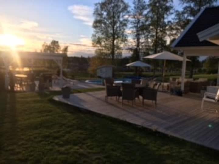 Härlig villa m sjöutsikt,bastu,jauzzi och pool