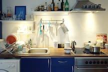 Vollausgestattete Küche mit Waschmaschine, Ofen und Mixer