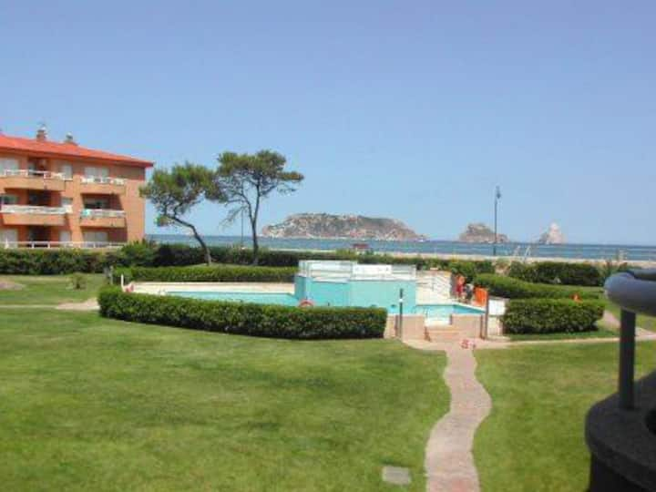 Directly on the beach, 1 bedroom apartment!