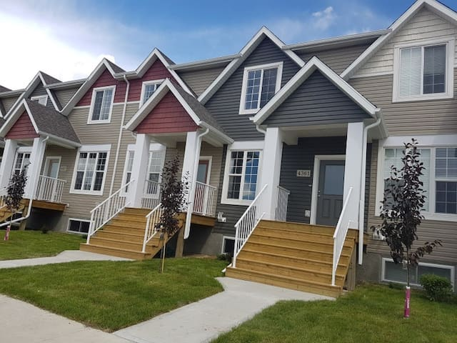 Modern Townhouse In Harbour Landing Near Airport