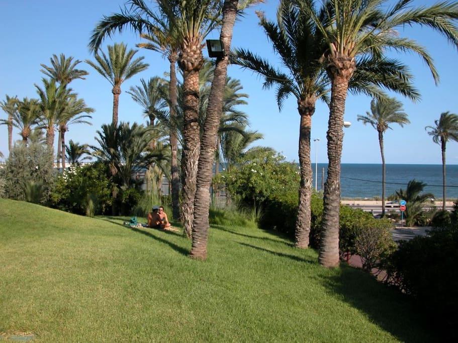 Lo bonito y tranquilo de la piscina con vistas al mar