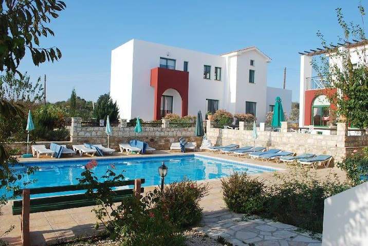 Spacious Holiday Apartments. Large pool. 1 bedrm - Kathikas - Apartamento