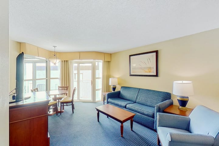 5th Floor Partial Ocean View Snowbird Friendly Condo w/ WiFi, Pool/Hot Tub, AC