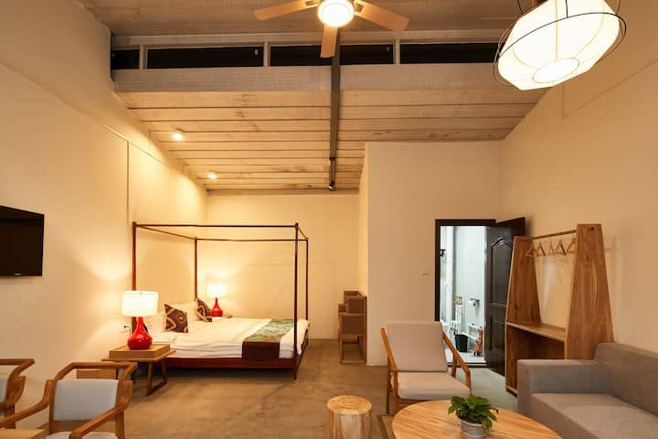 树颠居--中式家具,享受独立立阳台,房屋宽大舒适。享受朝阳升起与夕阳西下。