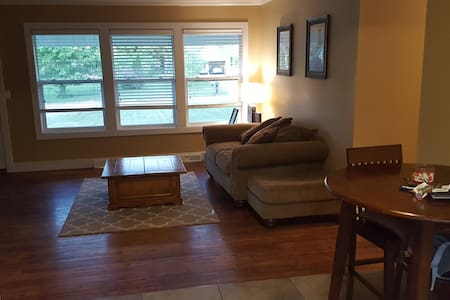 RNC Large Open Modern Ranch - 2 bdrm 2.5 bath - Strongsville