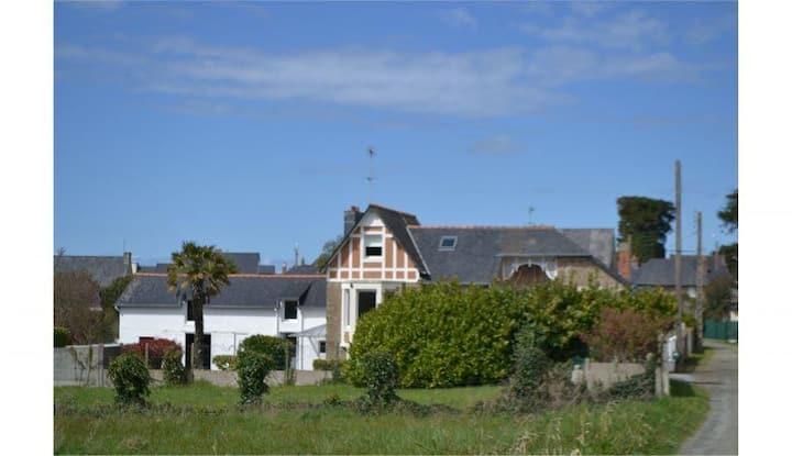 Villa balnéaire + jardin proche centre du village