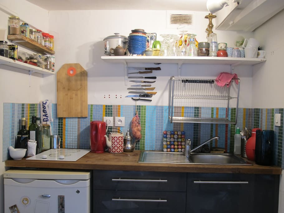 Une cuisine avec toute la vaisselle qu'il vous faut et surtout plein d'épices!