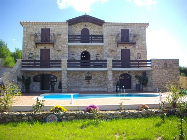 Luxury stone villa with  pool - Koiliomenos - House