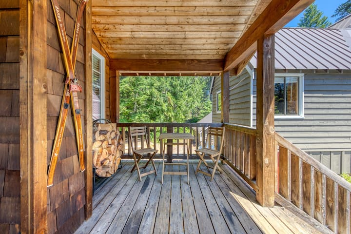 Warm & cozy cottage w/ a wood stove in a great Government Camp location!