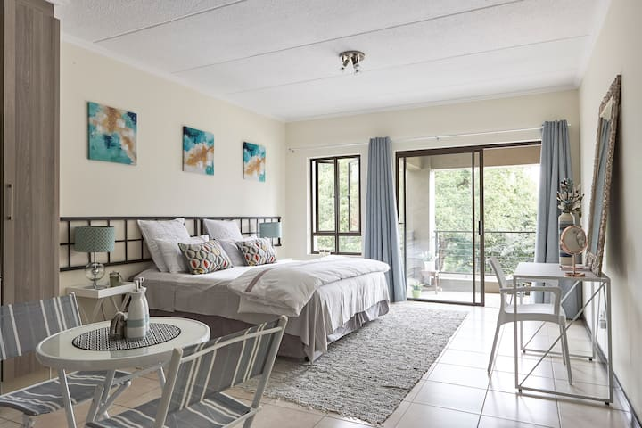 Trendy, Urban & Private – Studio Apartment - Sandton - Apartament
