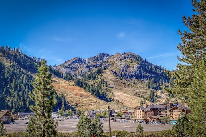 Chic, ski-view condo w/ a full kitchen, fireplace, & balcony - walk to the lifts