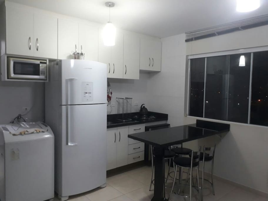 Maquina de lavar, geladeira, microondas, forno e fogão e utensílios para a cozinha.