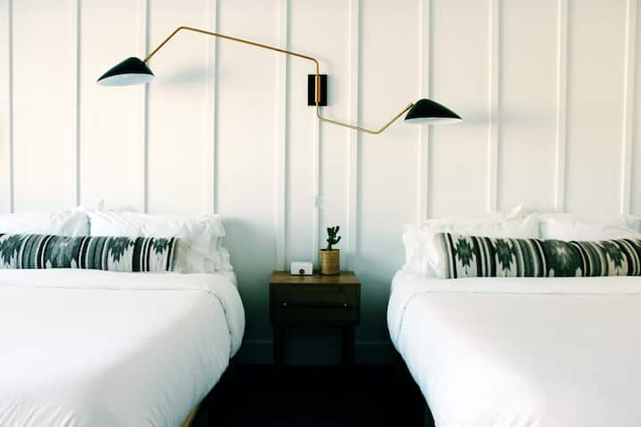 Double Queen Room at the Amigo Motor Lodge