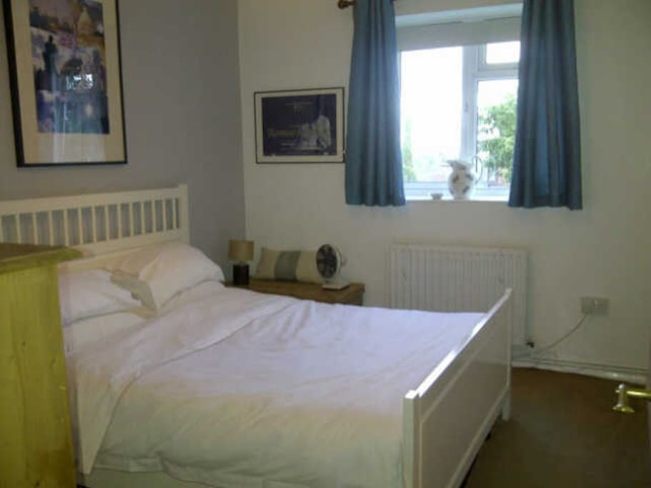 King size bed...lots of storage...bright but comfy and cosy for a good night's rest...