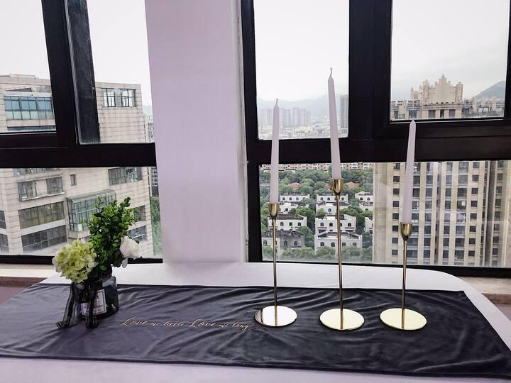 刚泰尚品房源,朝南欧式浪漫主题大床房,私密空间可做美食,小区环境优美,安保完善,楼下一大排免费停车位