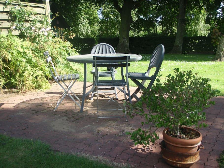 Til feriehuset er der bl.a. tilknyttet egen terrasse med grill og havemøbler.