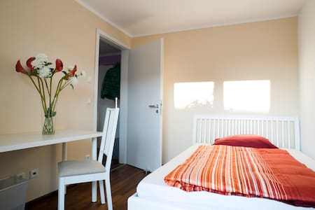Sunny room, private bathroom and roof top terrace - Munich - Appartement en résidence