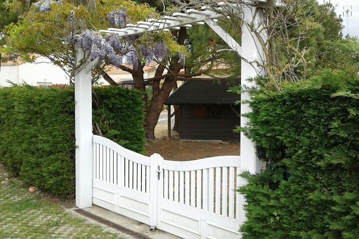 Maison, agréable jardin clos et mer (5 mns à pied)