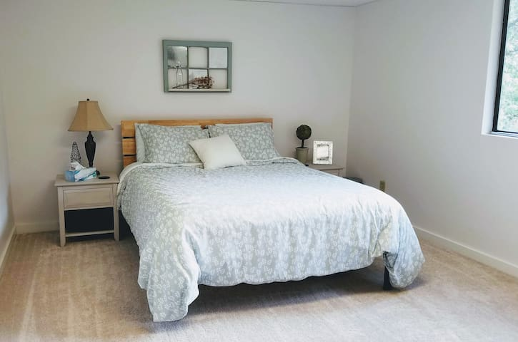 Wine Country Guest Bed & Bath w/Private Entrance