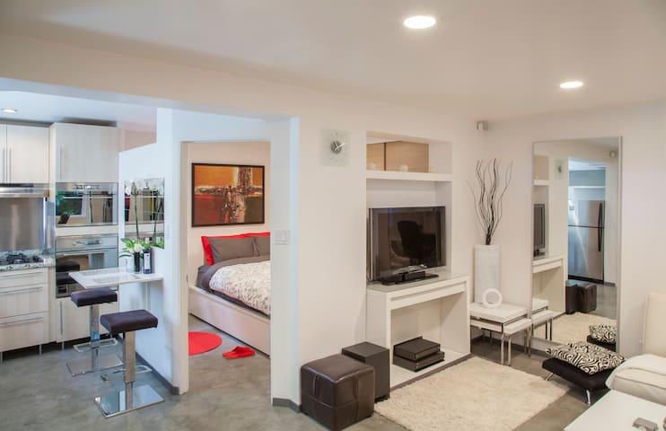 Modern Chic Minimalist - Emeryville - House