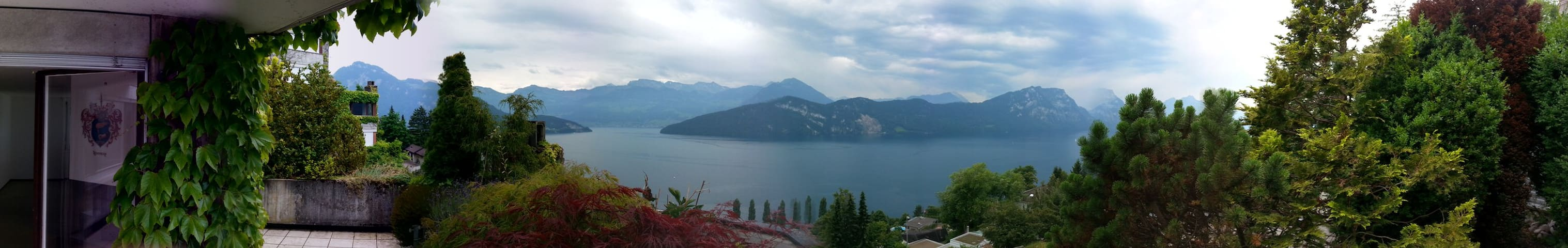 180 Grad volles Panorama auf See und Berge