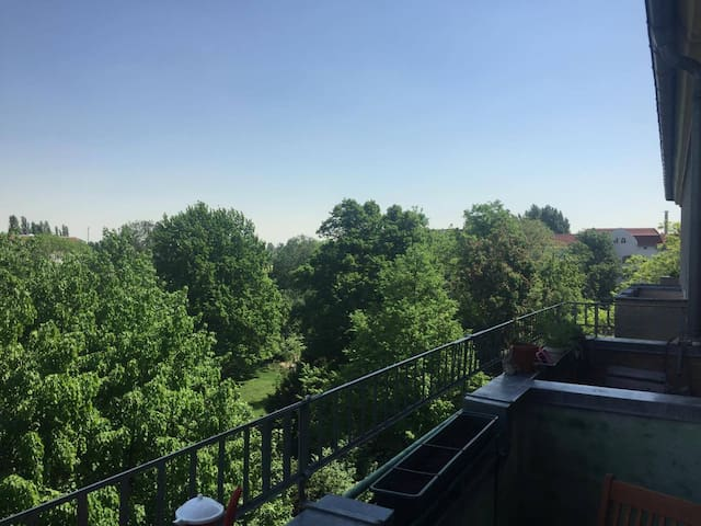 Beautiful & sunny room with balcony in Neukölln