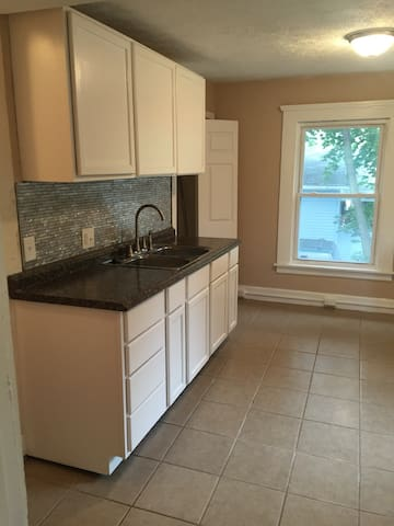 Modern unit. 5 min to MSU, Downtown. Just off exit