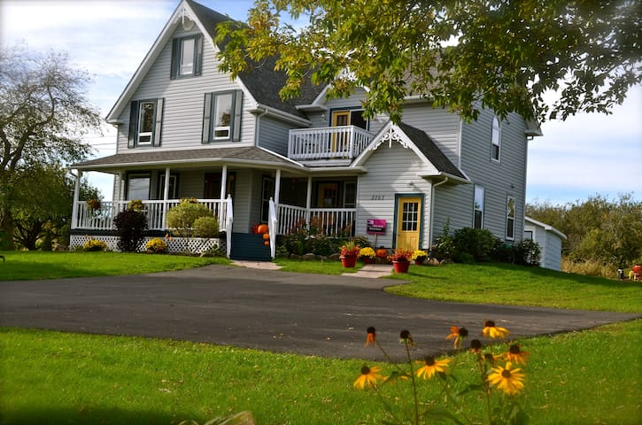 Country Living in the City! - Moncton - Hus