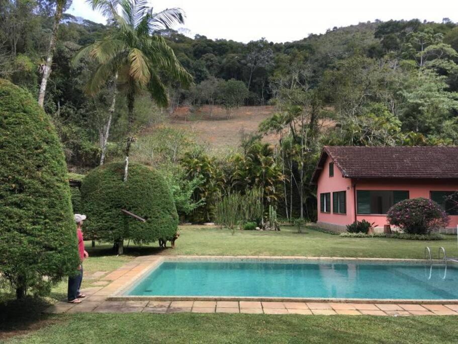 Piscina e vista lateral da casa