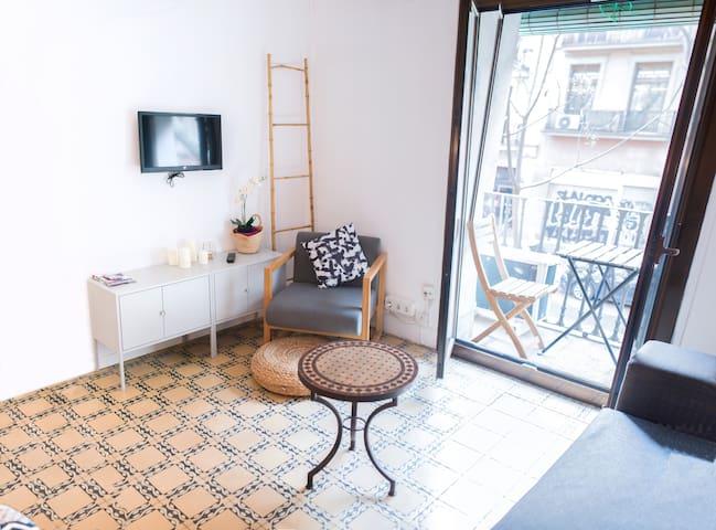 Chic 2 bedroom with balcony close to Rambla