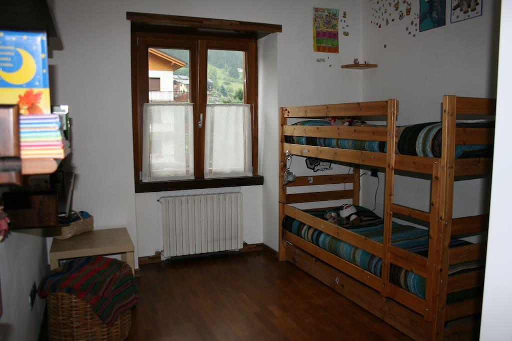 camera da letto con letto castello e grande armadio