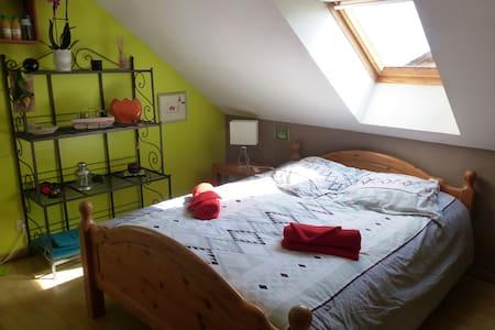 Chambre lumineuse vue sur le col du Granier - Barraux - Bed & Breakfast