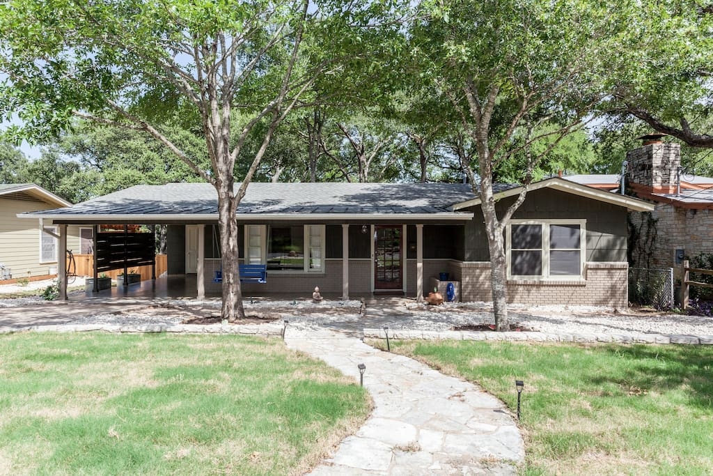 This spacious home is located in a quiet neighborhood, blocks from Zilker, restaurants, coffee shops, music, etc