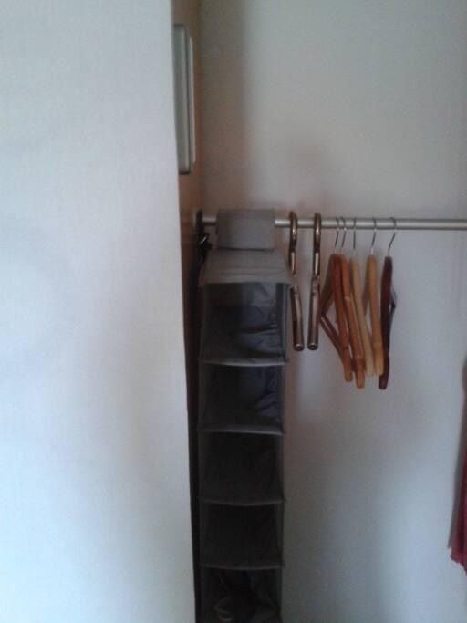 ausreichend Platz und Stauraum in großem begehbarem Schrank