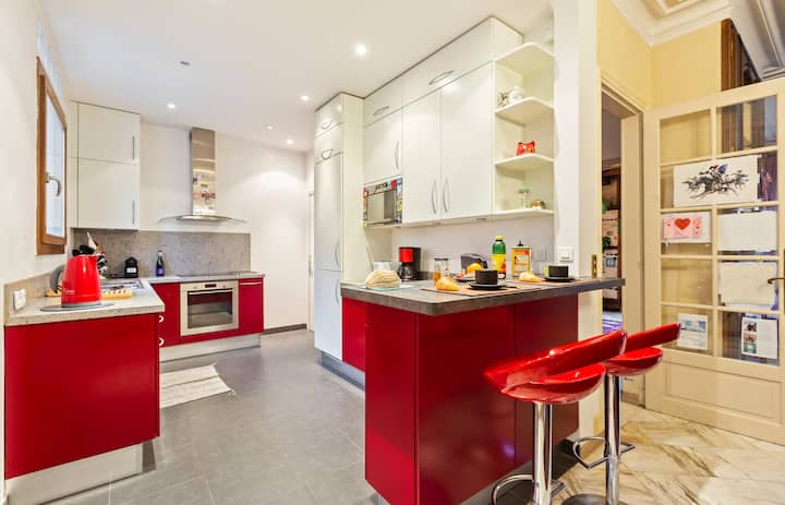 Red and Rustic Home near Bois de Vincennes for 7 pax