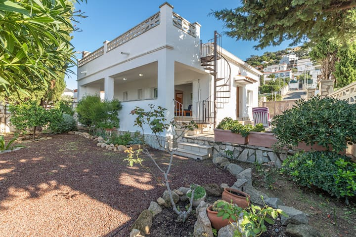 2029-GRECS Roses House with wifi, Smart TV, garden and parking