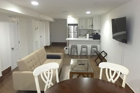 Two bedroom apt in house with private entrance - New York - House