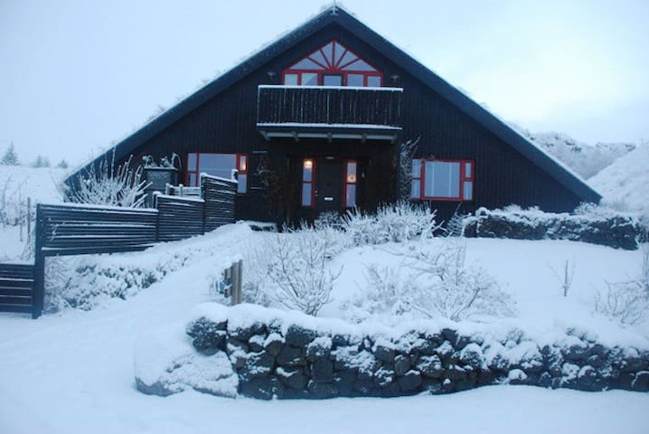 Rooms located in the central South - Árbær - ที่พักพร้อมอาหารเช้า