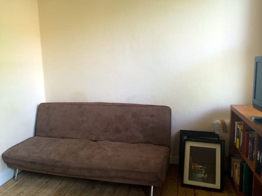 Sunny studio, cozy, bright, hardwood floors, Wifi, TV, separate kitchen and bathroom