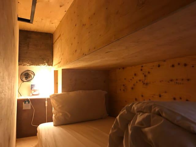 小西城旅店(背包02)床位上有樑柱 ~近美術館.勤美商圈.男女混住
