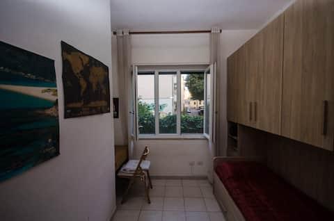 Stanza singola molto luminosa a Cagliari