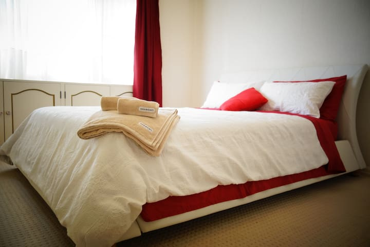 Romantic Room -Quiet,25 min to CBD/Airport,Parking