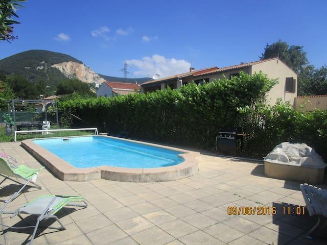 belle maison avec grande piscine , double terasse - Cruas
