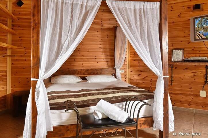 Bustan Bakfar - swan cabin