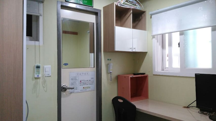 room a private toilet, separate air conditioner  e-mail ; yko99999@naver.com 개인화장실, 개별에어컨 있습니다
