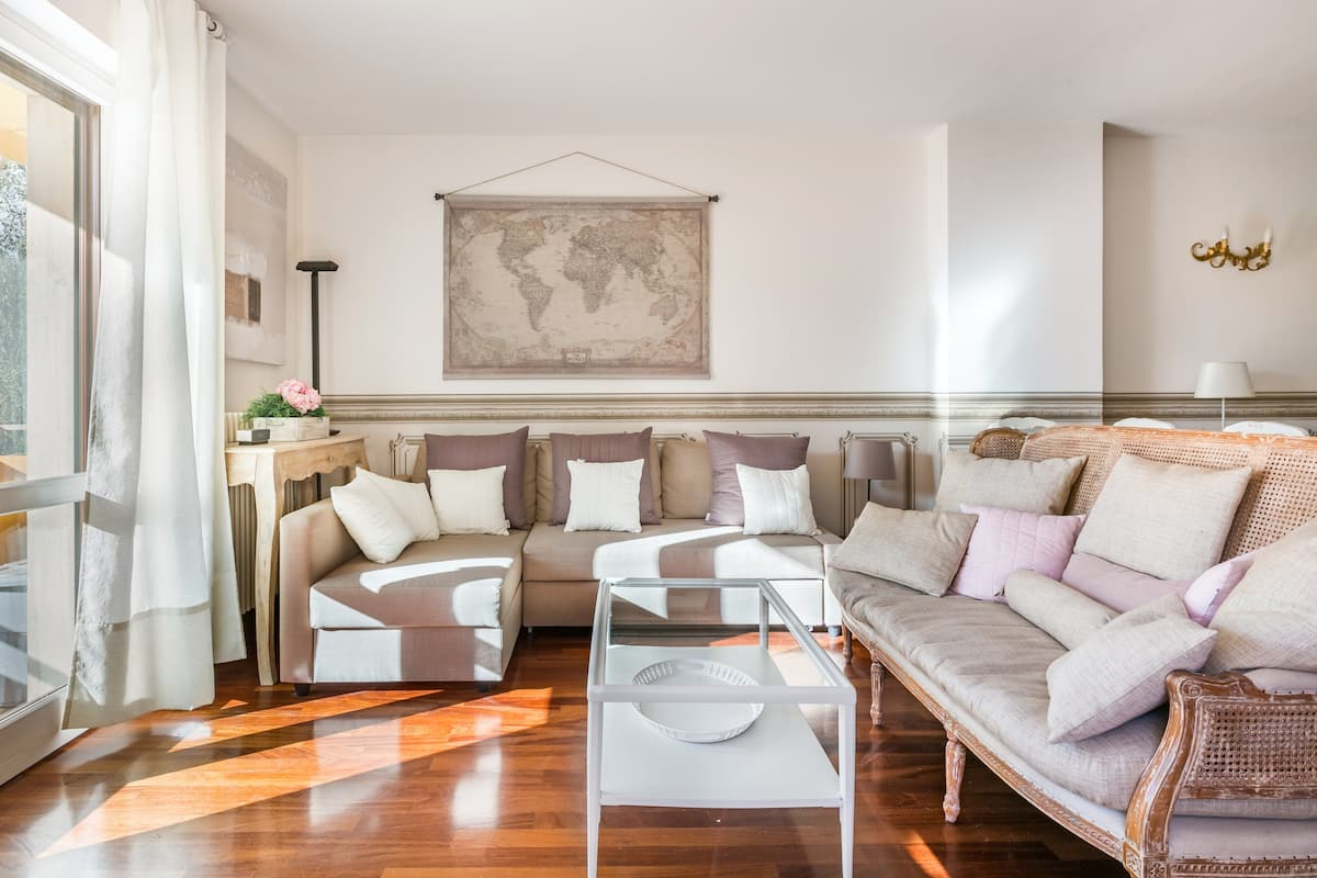 Spacious, Air Conditioner, Few Minutes to the Castle