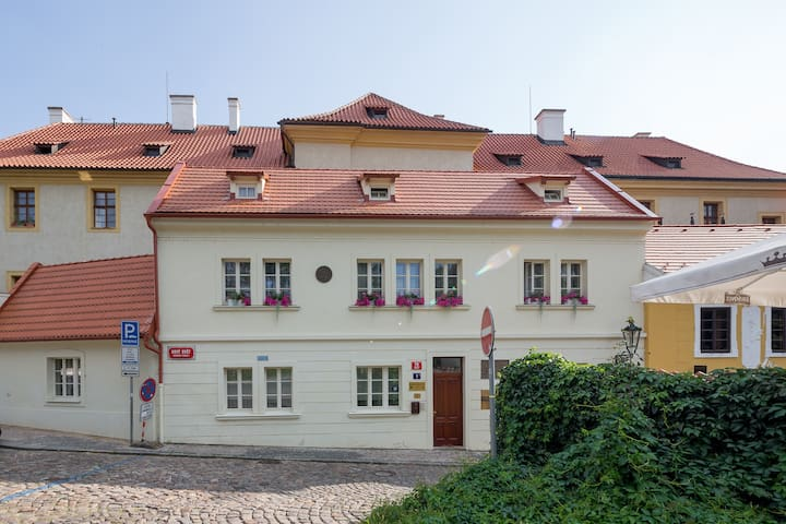 TOP location 3 minutes walk to Prague castle!!