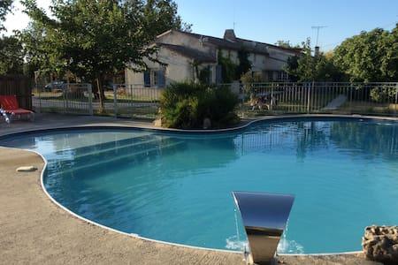 Gîte de caractère au calme avec piscine - Marans - บ้าน